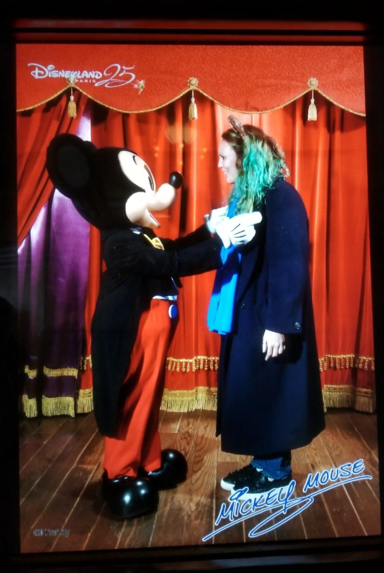 Lizzie Dies Disneyland Paris - Mickey Mouse